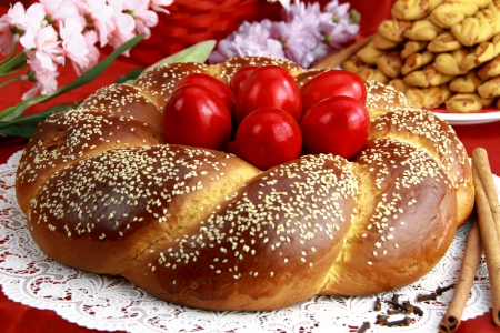 Pasen zoete brood met rode eieren Stockfoto