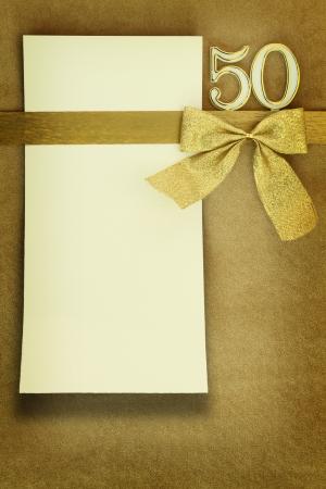anniversario di matrimonio: Anniversario della carta su sfondo dorato