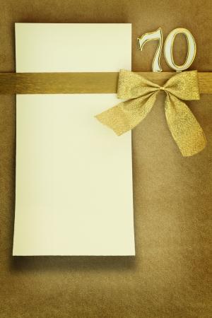 felicitaciones de cumplea�os: Aniversario de la tarjeta en fondo de oro