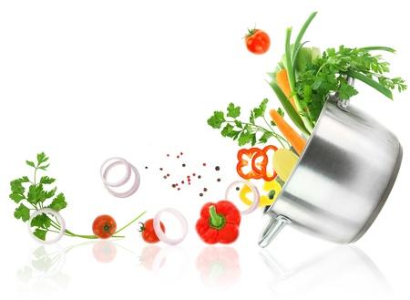 steel pan: Las verduras frescas que sale de una olla de acero inoxidable cazuela