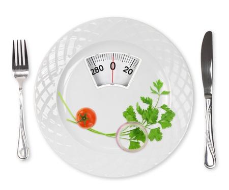 tomate cerise: Repas de r�gime. Tomate cerise, le persil et l'oignon dans une assiette avec �chelle de poids