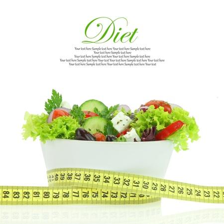 diabetes: Dieta comida. Ensalada de verduras en un recipiente con cinta m�trica