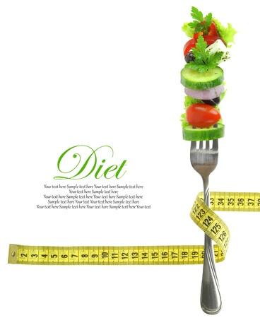 cintas metricas: Verduras frescas mezcladas en tenedor con cinta métrica