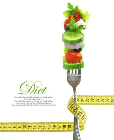 comidas saludables: Verduras frescas mezcladas en tenedor con cinta m�trica
