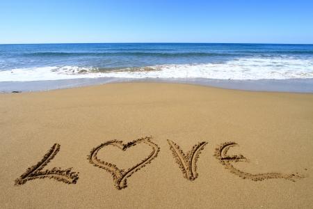 anniversario matrimonio: Amore scritto sulla spiaggia di sabbia dorata