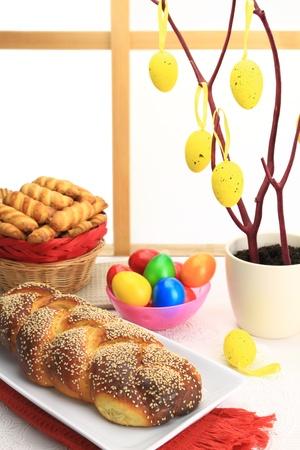 Ostern süßes Brot mit bunten Eiern und Spritzgebäck Standard-Bild - 19720783