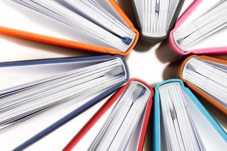 lectura y escritura: Vista superior de libros de colores en un c?rculo en el fondo blanco