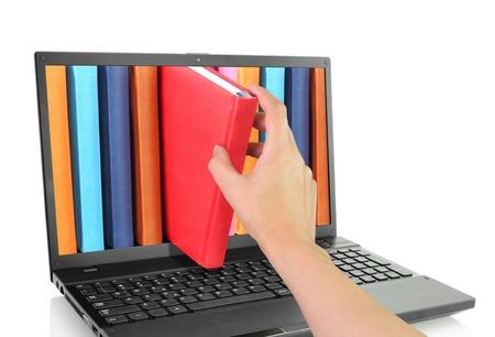 Ordinateur portable avec des livres colorés