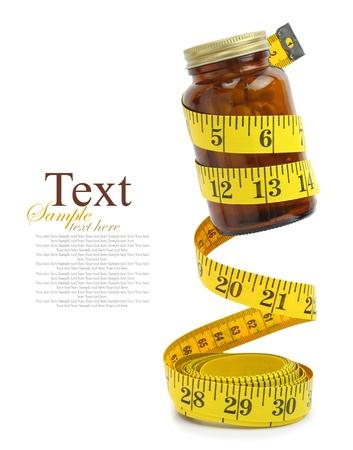 食事療法の丸薬のボトルで測定テープ