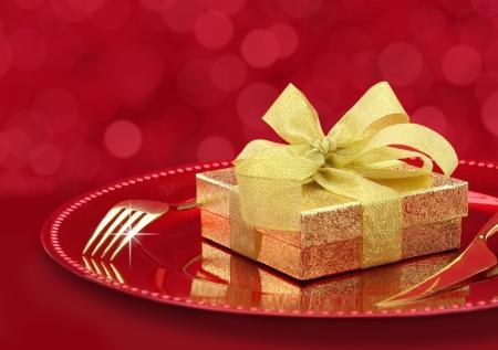 eventos especiales: Mesa festiva con caja de regalo en un plato Foto de archivo