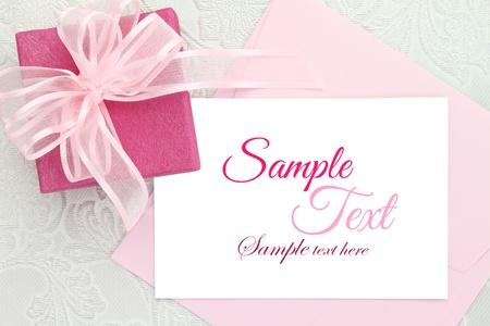 Caja de regalo con la tarjeta de invitación blanco y cinta Foto de archivo - 22022238