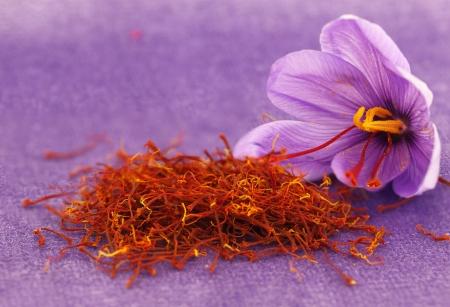乾燥したサフラン スパイスとサフランの花