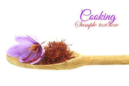 木のスプーンの乾燥サフラン スパイスとサフランの花します。 写真素材