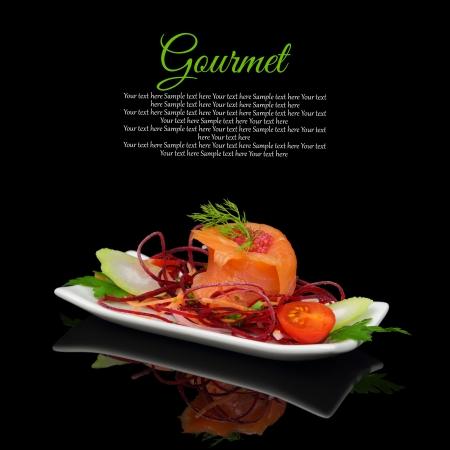 culinair: Gerookte zalm met decoratie op zwarte achtergrond