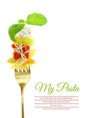 Mediterrane penne pasta op de vork geïsoleerd op wit Stockfoto