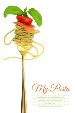 restaurante italiano: Tenedor con espaguetis, tomate, salm�n y albahaca aislados Foto de archivo