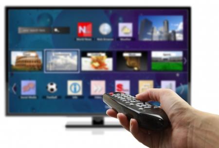 smart: 3D Smart TV met hand met afstandsbediening geïsoleerd Stockfoto