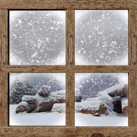 uvnitř: Zima venku zobrazení s palivového dřeva hromadu z dřevěného okna