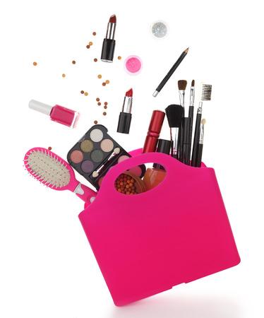 productos de belleza: Bolso de compras rosado con diversos productos cosméticos aislados en blanco Foto de archivo