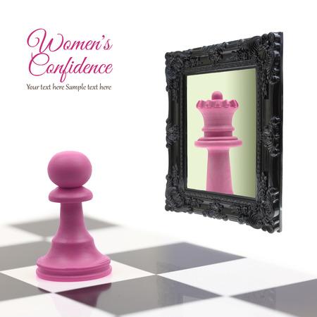 confianza: Hipoteca mirando en el espejo viendo reina en la reflexi�n Foto de archivo