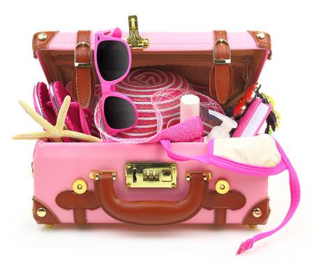 mujer con maleta: Listo para viajar maleta de color rosa con el equipo del verano aislado Foto de archivo