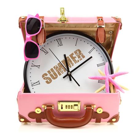 agence de voyage: Voyage valise rose avec l'horloge, lunettes de soleil et les étoiles de mer isolé