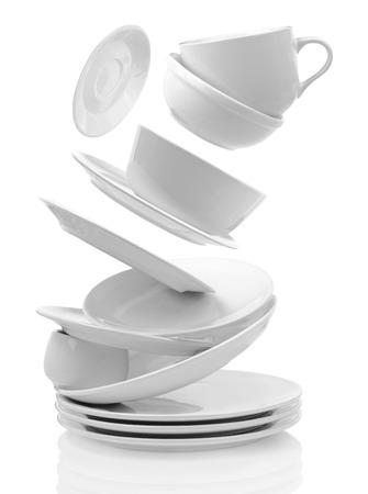 Assiettes vides propres et tasses isolé sur blanc Banque d'images