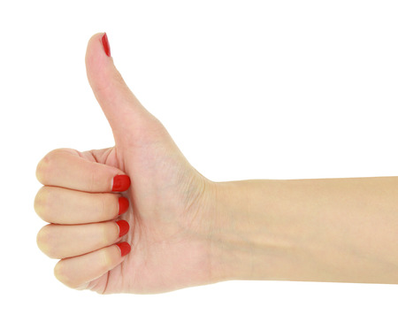 uñas pintadas: Pulgar para arriba la mano femenina con las uñas rojas aislados