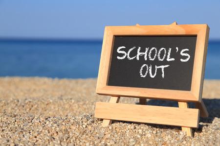 Tafel mit Schule heraus Text auf dem Strand