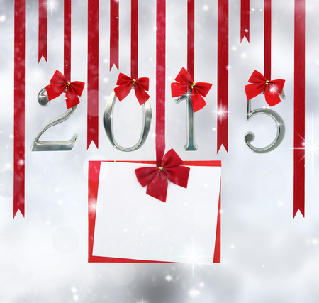 weihnachtsschleife: 2015 Anzahl Ornamente und Gru�karte h�ngen an roten B�ndern Lizenzfreie Bilder