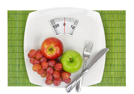 Fresh fruit on a plate with weighing scale Banque d'images