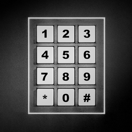 teclado numérico: Seguridad blanco teclado numérico con los dígitos negros Foto de archivo