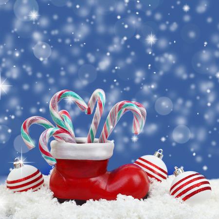 botas de navidad: Bastones de caramelo de Navidad en santas arrancar sobre nieve
