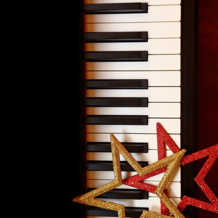 teclado de piano: Adornos de Navidad en las teclas del piano Foto de archivo