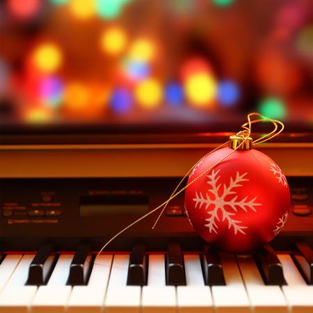 kerst interieur: Kerst bal op de piano toetsen