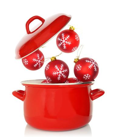 Red Kochtopf mit Weihnachtsschmuck