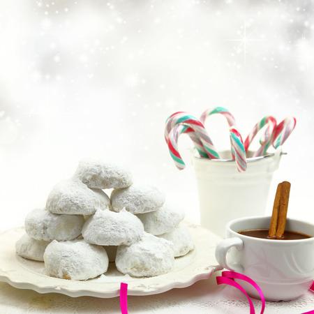 weihnachtskuchen: Weihnachtsplätzchen mit Bonbons und Kaffee auf weißem Hintergrund Bokeh