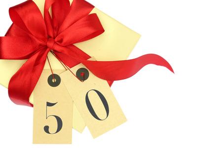 number 50: Caja de regalo con el n�mero 50 y la cinta aislado en blanco