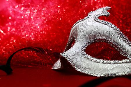 antifaz de carnaval: Máscara del carnaval de la vendimia en fondo rojo