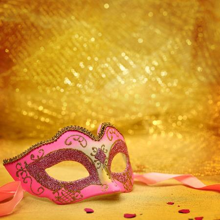 antifaz de carnaval: Máscara del carnaval de la vendimia en el fondo de oro Foto de archivo