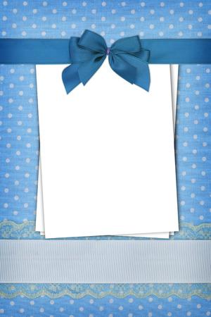 ブルーの水玉の背景に空白の紙のスタック 写真素材