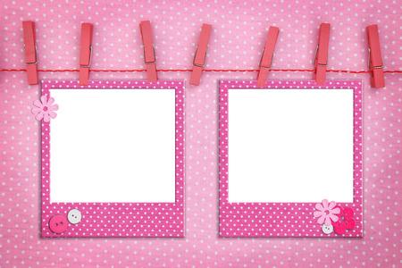 bautismo: Marcos de fotos rosa colgando de una cuerda