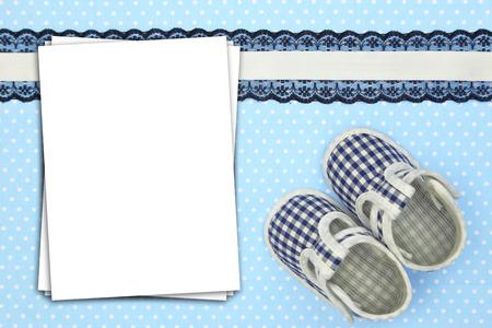Stapel vellen papier op blauwe polka achtergrond Stockfoto