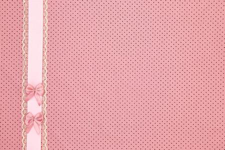 battesimo: Polka dot sfondo rosa tessile con nastri e fiocchi Archivio Fotografico
