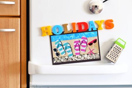 refrigerador: Puerta Refrigeradores con coloridas fiestas de texto y de fotos en la piscina