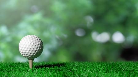 Golfbal op groen gras en groene achtergrond