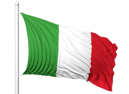 bandera blanca: Ondeando la bandera de Italia en asta de bandera, aislado en fondo blanco.