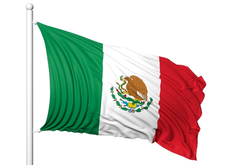 Ondeando la bandera de México en asta de bandera, aislado en fondo blanco.