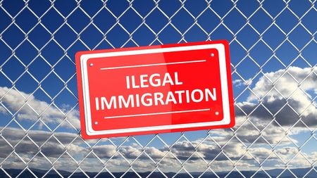humanismo: Cerca de cadena con el signo rojo inmigraci�n ilegal, con el fondo de cielo azul