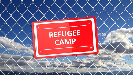 humanismo: Cerca de cadena con el campamento cartel rojo de los Refugiados, con el fondo de cielo azul